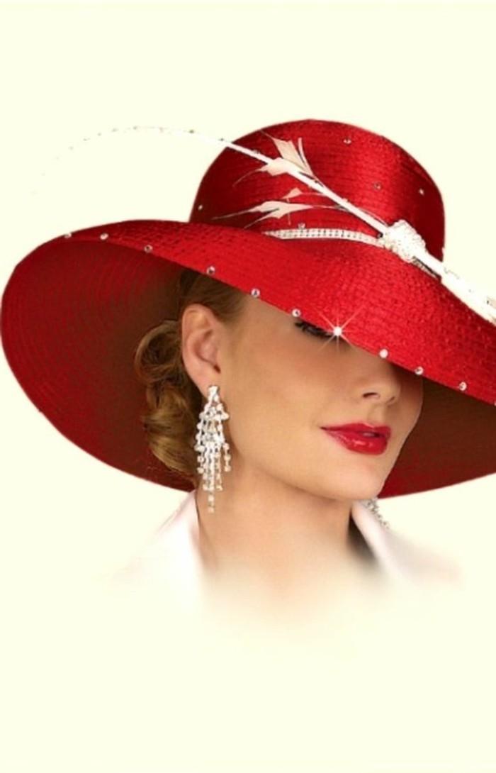 Frau-mit-attraktivem-roten-Hut-mit-Dekoration