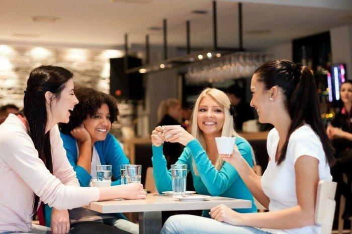 Freundinnen-trinken-Latte-Macchiato-im-Cafe