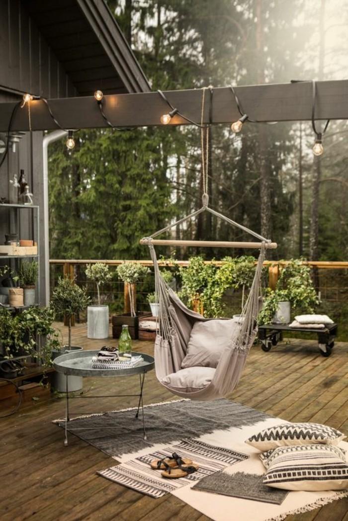 Hängematte-für-Balkon-bepflanzung-und-beleuchtung