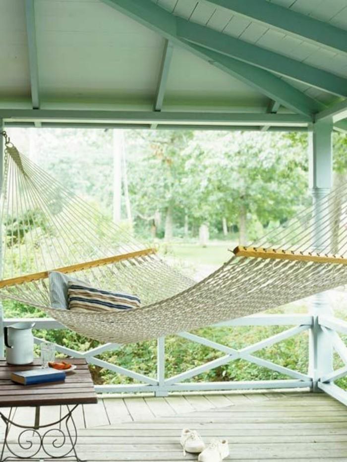 Hängematte-für-Balkon-netz-und-kleiner-tisch