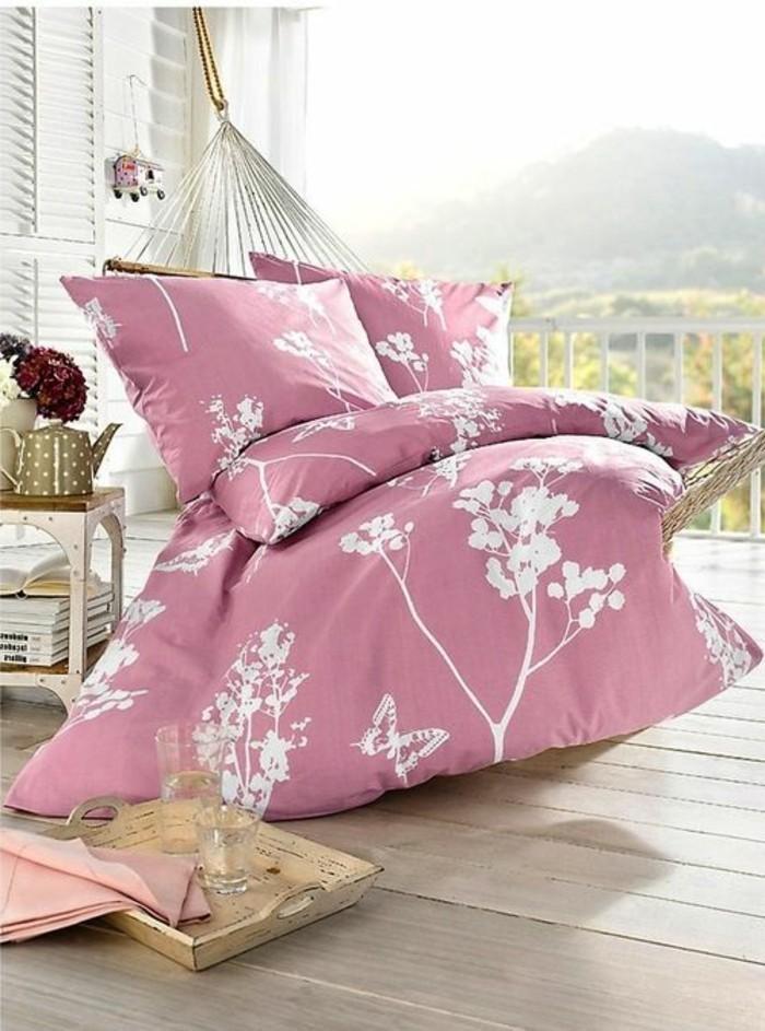 Hängematte-für-Balkon-und-rosa-bettwäsche