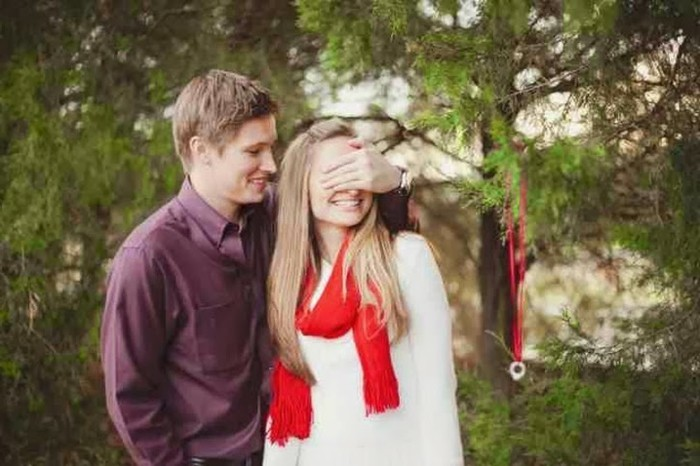 Heiratsantrag-Ideen-der-Ring-aus-dem-Baum-hängend