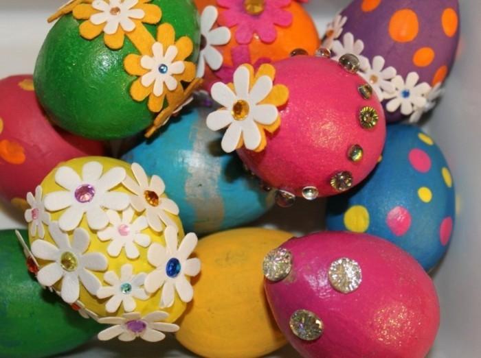 Hintergrundbild-Ostern-mit-Eiern-mit-gekleppten-Blumen-dekoriert