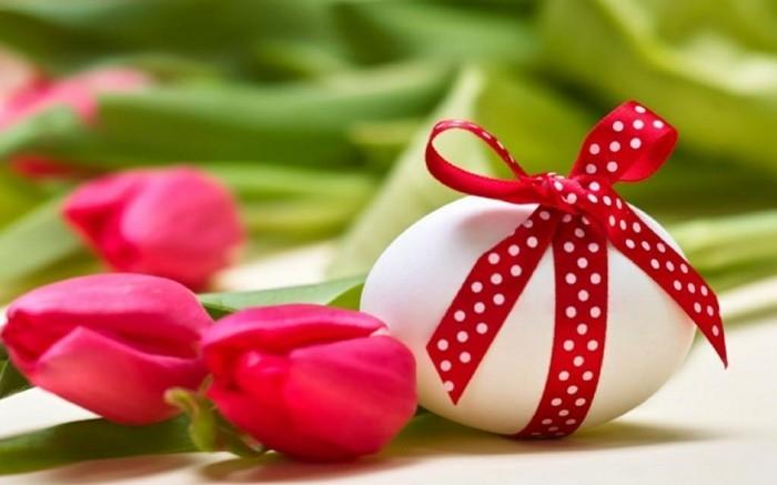 Hintergrundbild-Ostern-mit-einem-Ei-mit-rot-weißem-Band