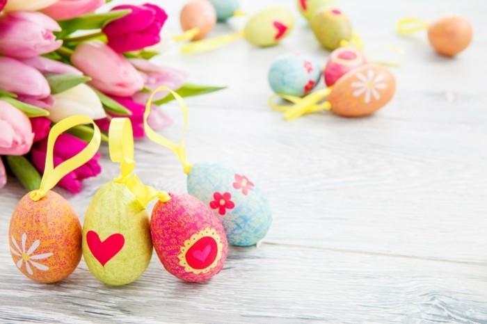 Hintergrundbild-Ostern-mit-gefärbten-Eiern-mit-Bänden