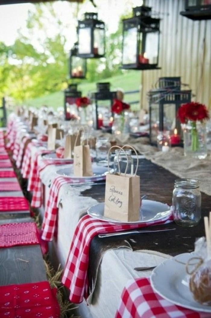 Hochzeit-Tischdeko-mit-roten-Elementen