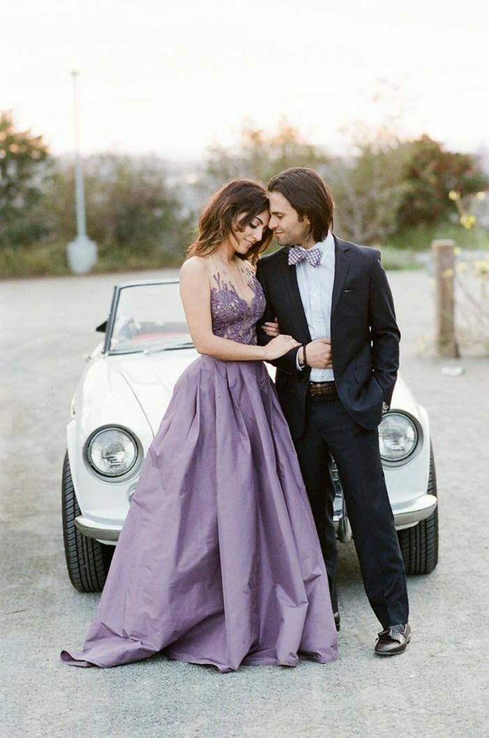 Hochzeitsantrag-vor-einem-weißen-Auto