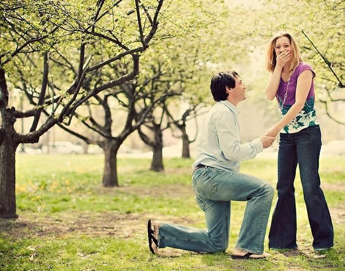 Hochzeitsantrag-zwischen-einigen-grünen-Obstbäumen