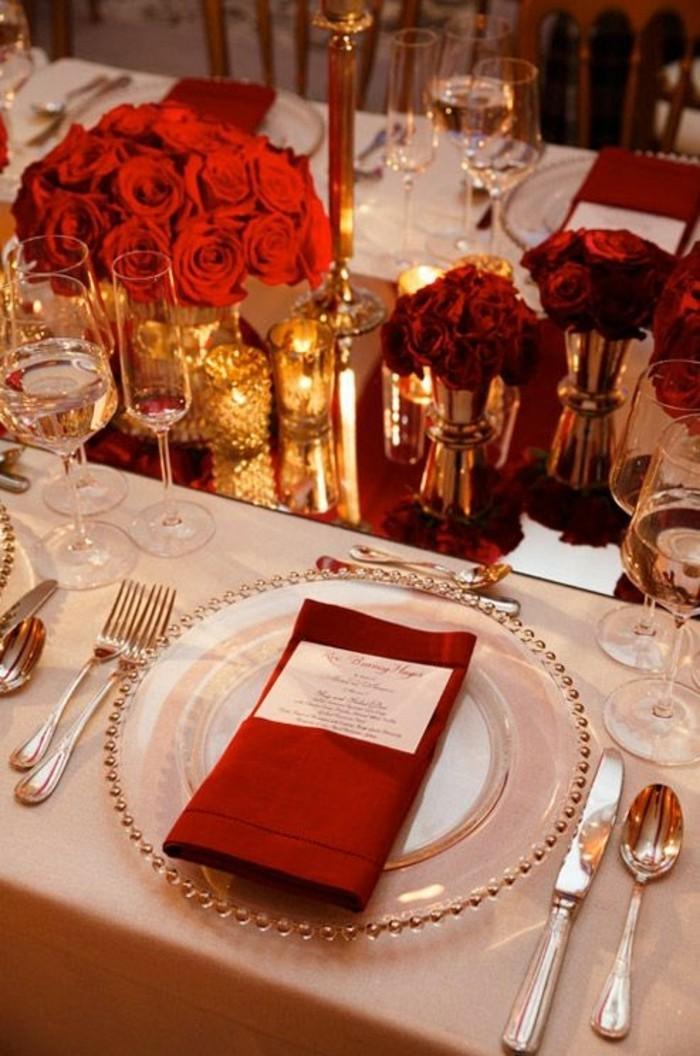 Hochzeitstischdeko-in-Rot-und-Golden