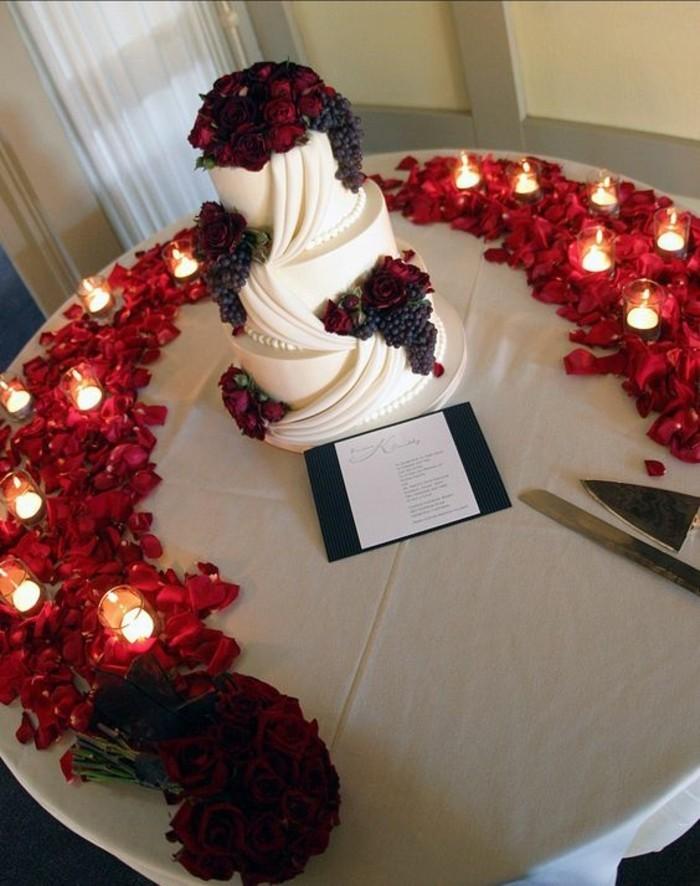 Hochzeitstischdeko-mit-roten-Rosenblättern-und-Teelichtern