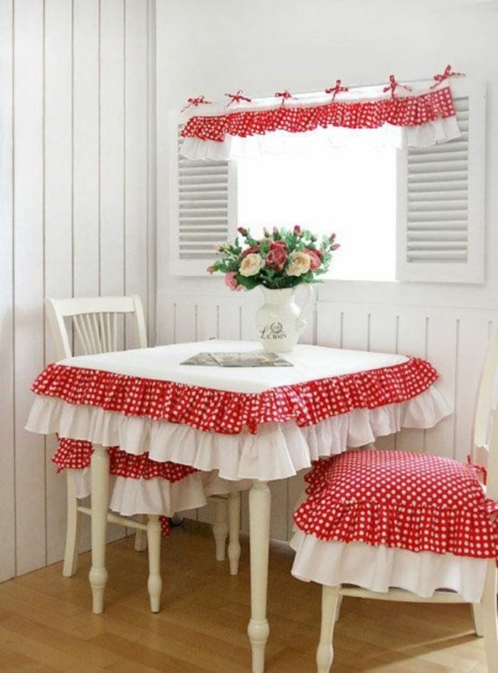Küchen-Design-in-Landhausstil-Tischdecke-mit-Polka-Dots-Kant