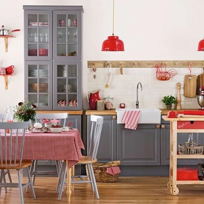 Küchen-Interieur-in-Landhausstil-karierte-Tischdecke