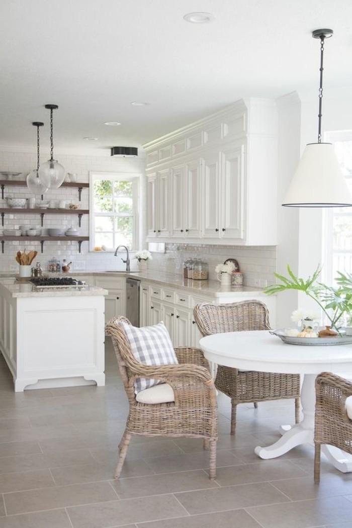 Küchen-Interieur-in-Weiß-schöne-Rattanmöbel