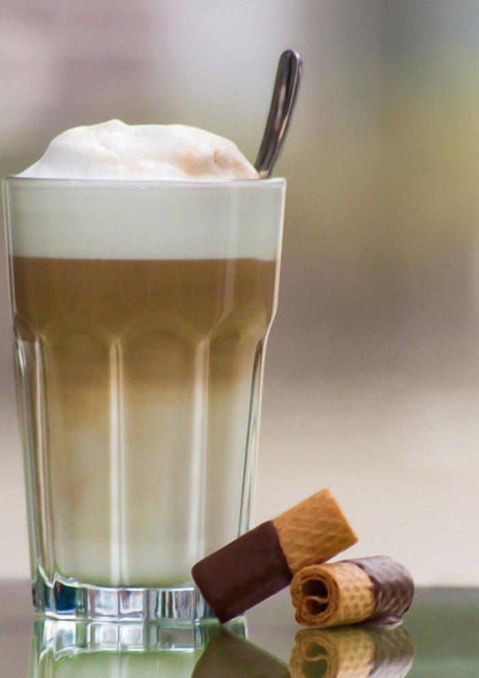 Kaffee-und-Milch-kombinieren-und-Süßigkeiten-hinzufügen