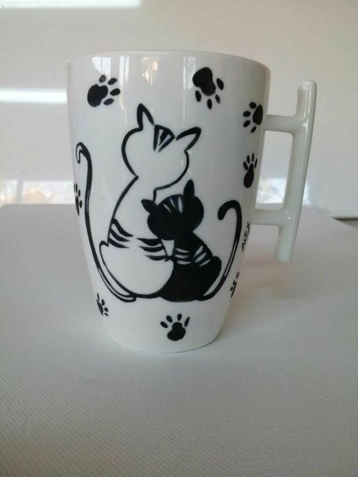 Kaffeebecher-mit-sympatischer-Katzen-Darstellung