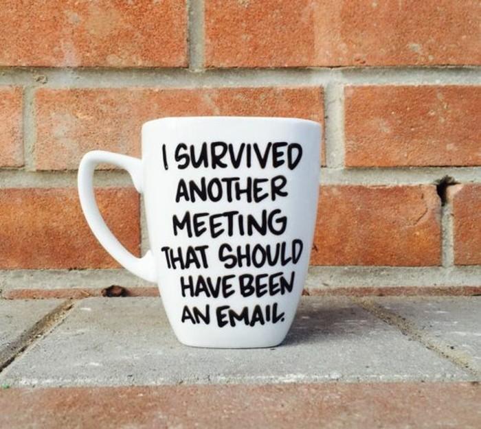 Kaffeetasse-mit-Aufschrift-bezüglich-Arbeit