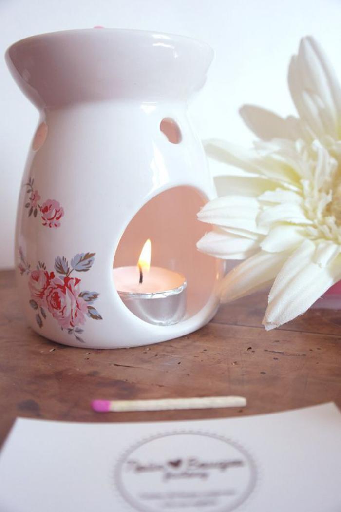 Kerzenhalter-aus-Porzellen-mit-schönem-floralen-Muster