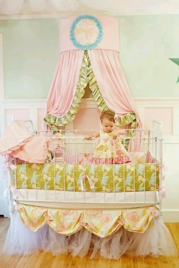 Kinderbett-Mädchen-Modell-für-kleine-Prinzessinnen