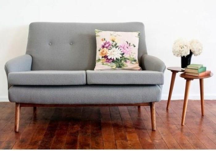 Kleines-Sofa-im-Grauen-mit-bunten-Kissen