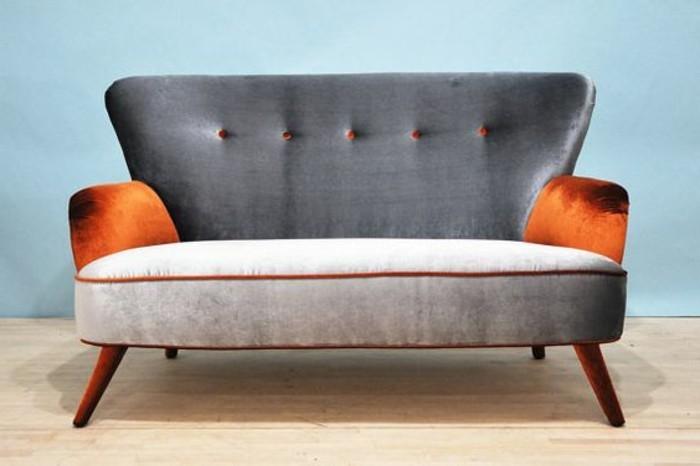 Kleines-Sofa-in-Farbe-grau-mit-roten-Lehnen