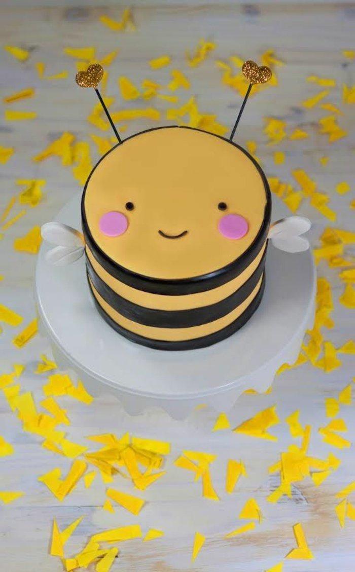 Kuchen-für-Kindergeburtstag-in-der-Form-von-Biene