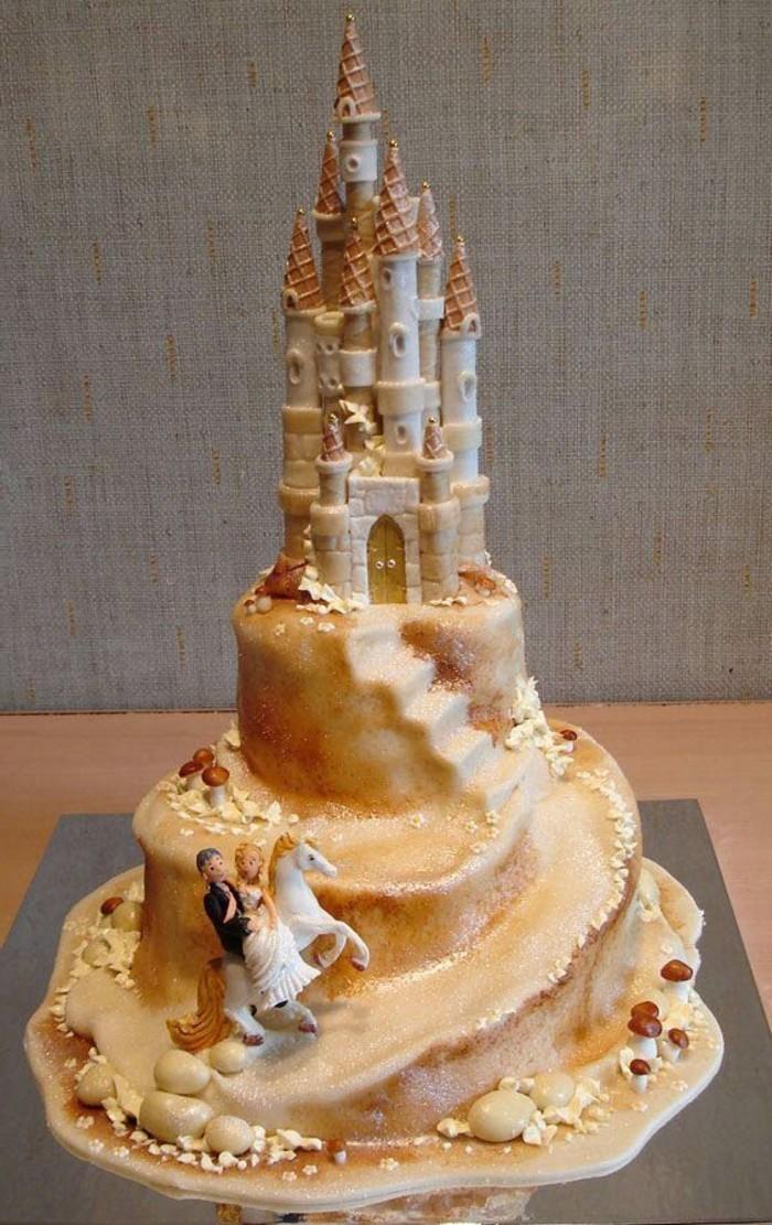 Kuchen-für-Kindergeburtstag-mit-viel-Zucker-in-der-Form-von-Schloss