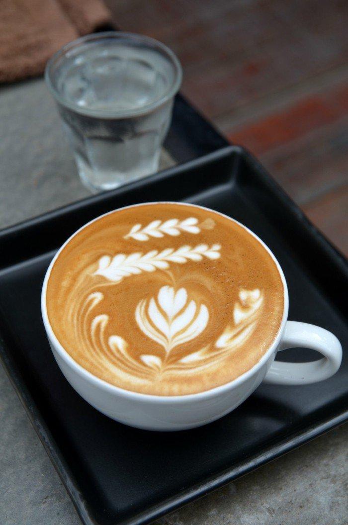 Latte-Art-in-einer-Kaffeetasse
