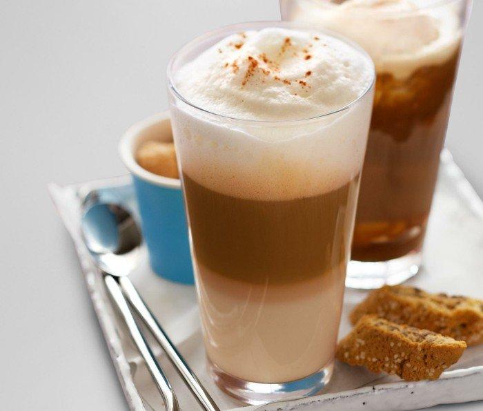 Latte-Macchiato-bestreut-mit-Zimt-und-Sandkuchen