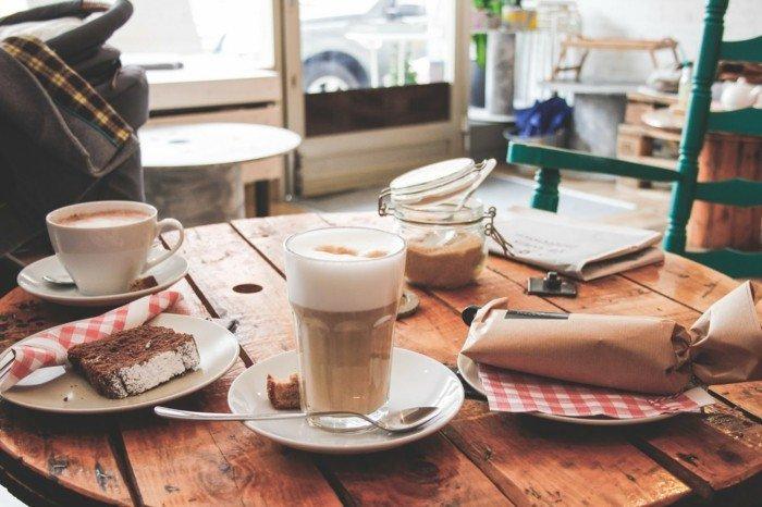 Latte-Macchiato-kombiniert-mit-Sandkuchen