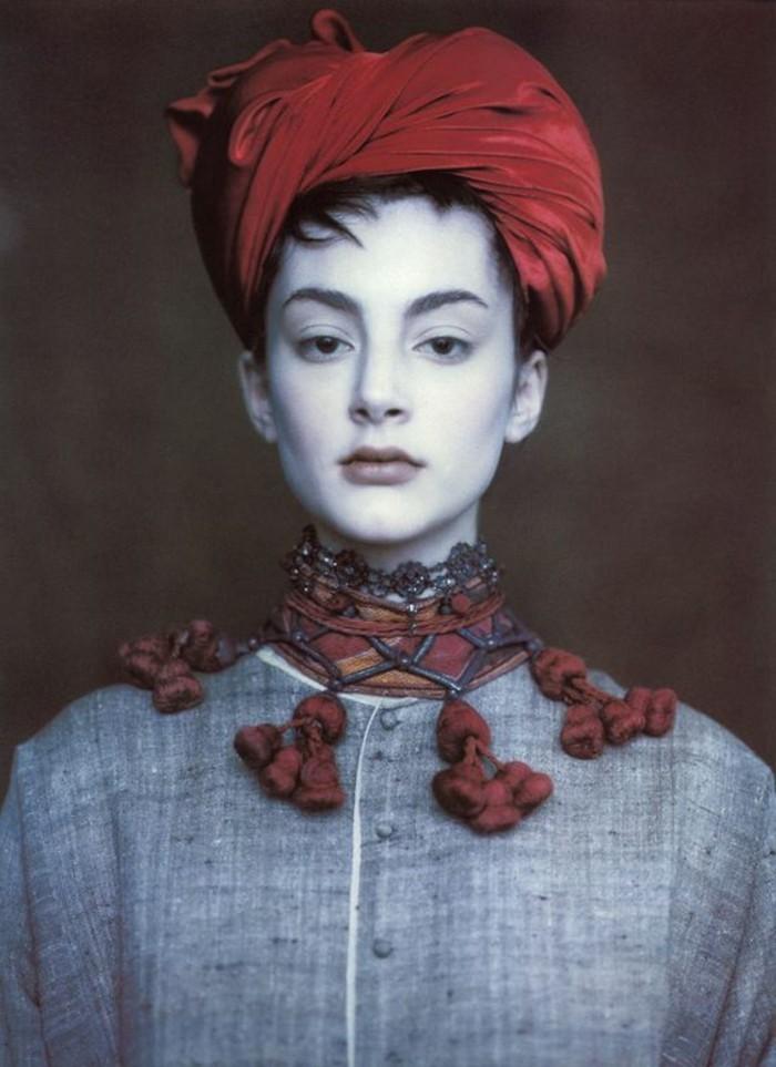 Mädchen-mit-Designer-Turban-in-Rot