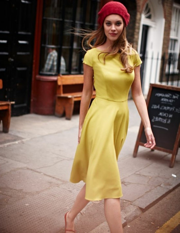 Mädchen-mit-legerem-gelben-Kleid-und-rotem-Barett
