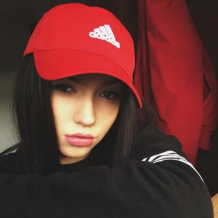 Mädchen-mit-sportlicher-Kleidung-Sweatshirt-Baseball-Hut