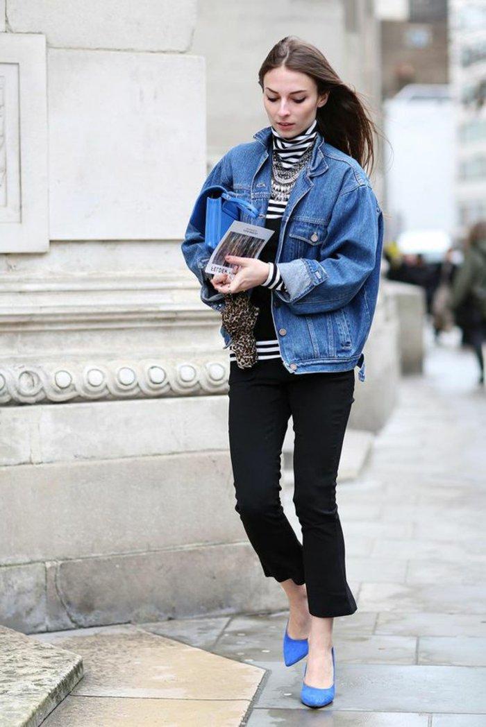Maxi-Denimjacke-mit-attraktiven-blauen-Schuhen-kombinieren