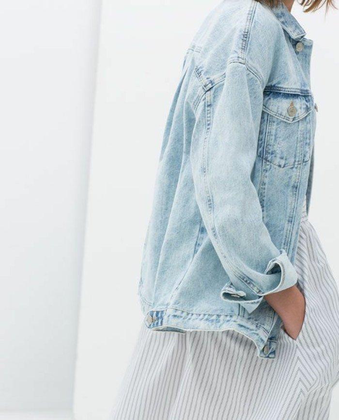 Maxi-Jeansjacke-mit-männlichem-Design-gestreiftes-Kleid