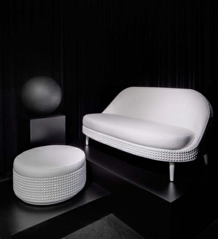 Modene-weiße-Couch-mit-weißem-Hocker