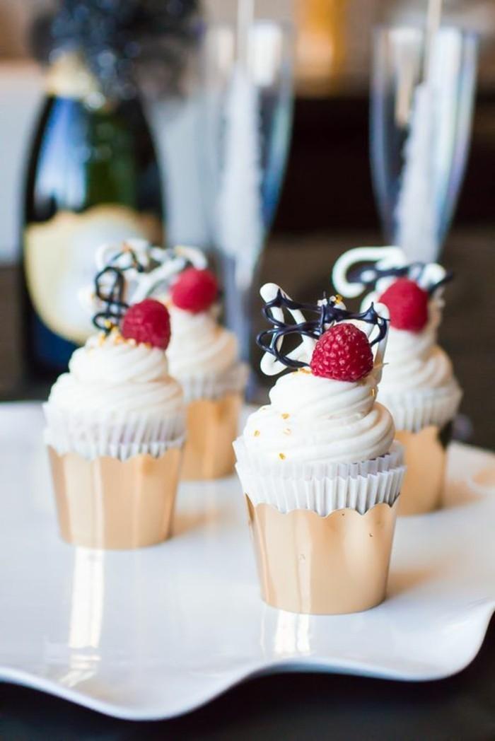 Nachtisch-mit-Himbeeren-Cupcakes-mit-Champagne-Buttercreme-Frosting