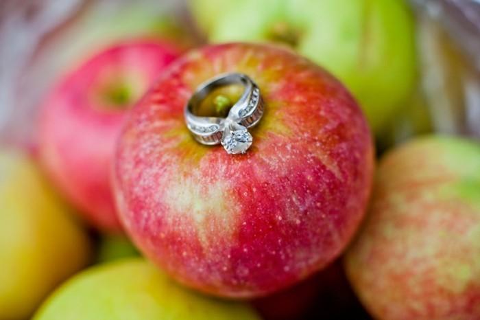 Origineller-Heiratsantrag-auf-einem-Apfel