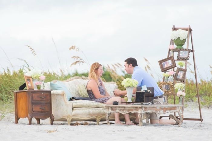 Origineller-Heiratsantrag-mit-Möbeln-am-Strand