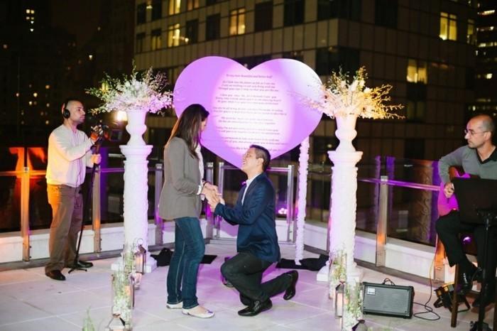Origineller-Heiratsantrag-mit-einem-Herz-im-Hintergrund