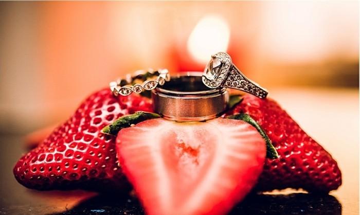 Origineller-Heiratsantrag-zwischen-drei-Erdbeeren