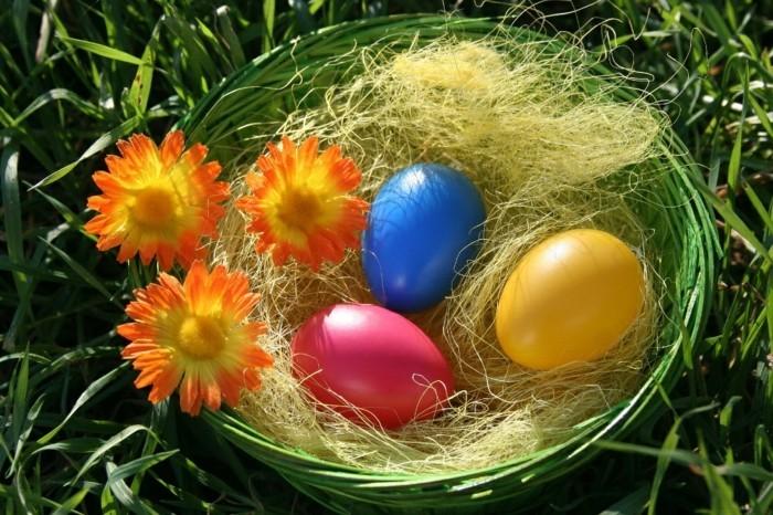 Ostern-Hintergrundbild-mit-Blumen-und-Eiern-in-Korb