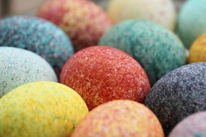 Ostern-Hintergrundbild-mit-Kristall-gefärbten-Eier