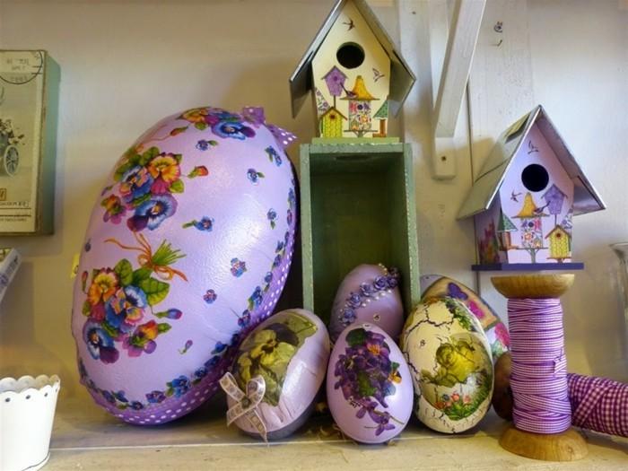 Ostern-Hintergrundbild-mit-einem-großen-lila-Ei