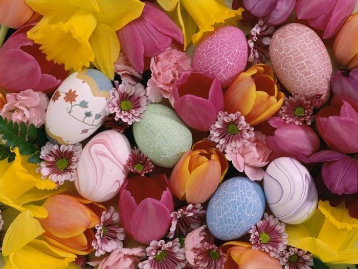 Ostern-Hintergrundbilder-mit-Tulpen-und-gefärbten-Eiern
