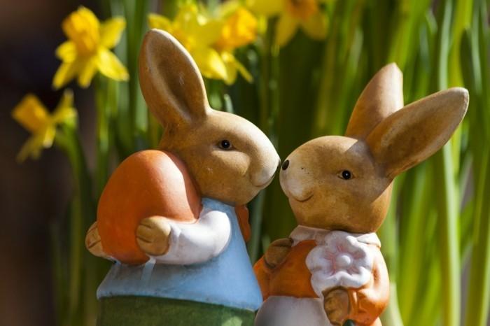 Ostern-Hintergrundbilder-mit-zwei-küssenden-Osternhasen