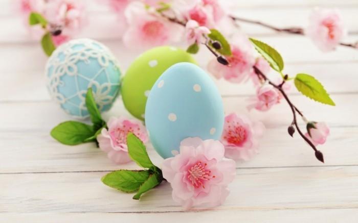 Ostern-Wallpaper-mit-Frühlingsast-und-gefärbten-Eiern