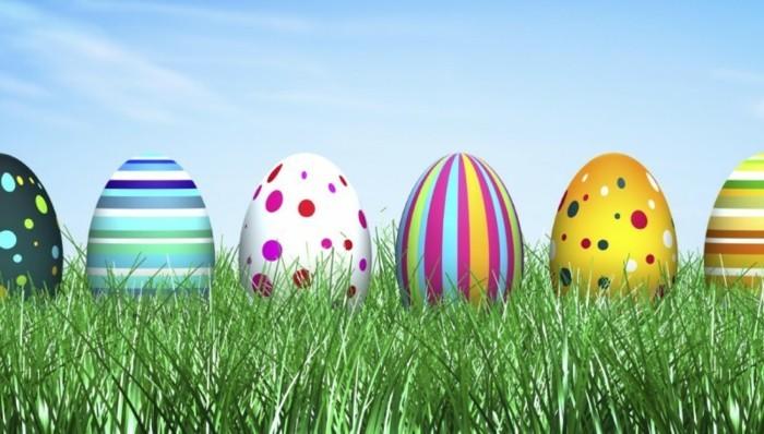 Ostern-Wallpaper-mit-bunt-gefärbten-Eiern-im-Gras