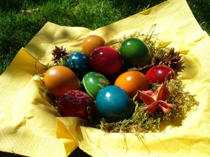 Ostern-Wallpaper-mit-bunten-Eiern-auf-gelben-Servieten