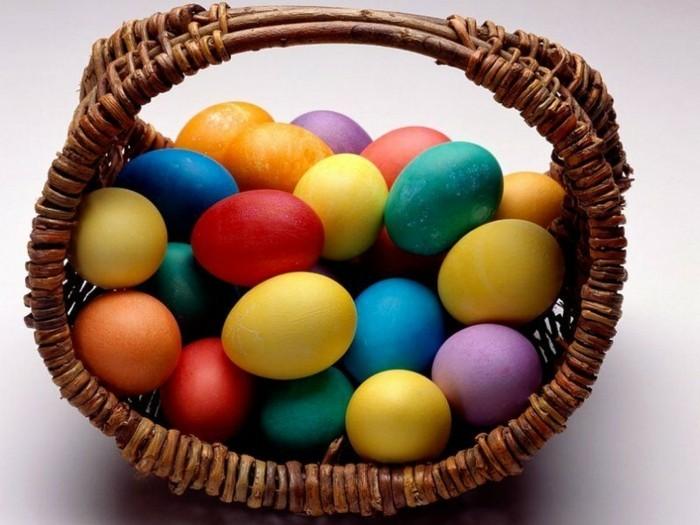 Ostern-Wallpaper-mit-einfärbigen-Eiern-im-Korb