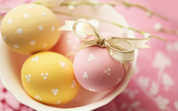 Ostern-Wallpaper-mit-rosa-und-gelben-Eiern